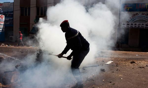 Демонстранти подпалиха парламента в Буркина Фасо