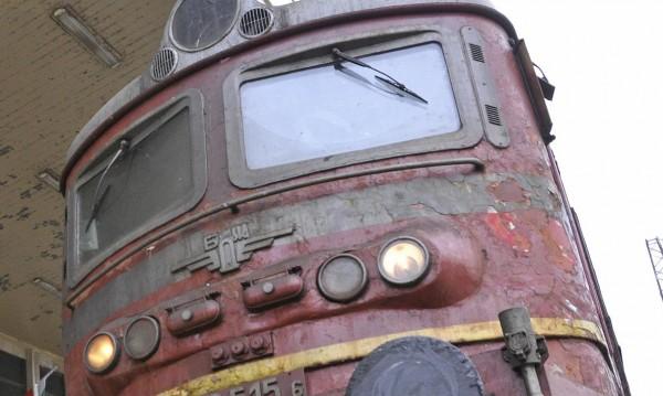 Влак дерейлира след удар с фадрома
