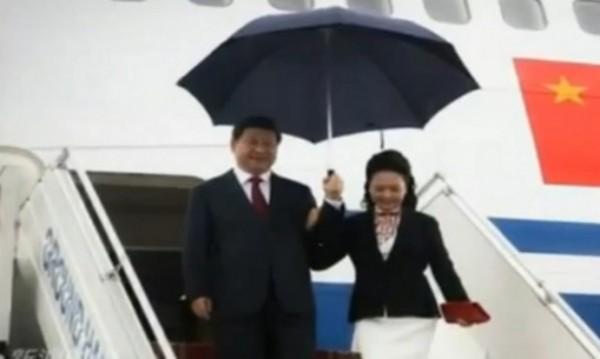 Китайци възпяват с песен любовта на президента Си Дзинпин и жена му