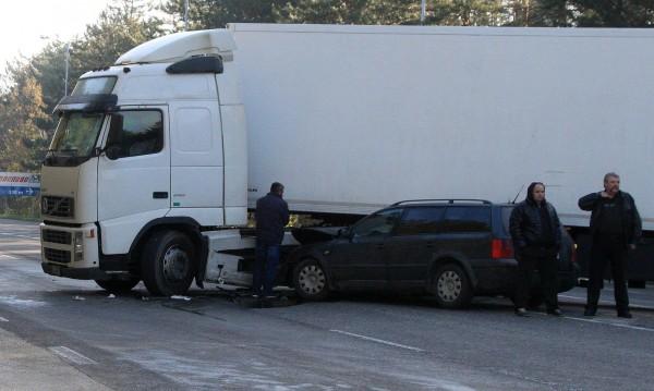 ТИР с 20 тона мандарини се преобърна в Плевенско