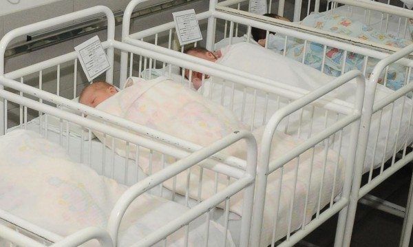 Близо 2000 бебета са изоставени през миналата година