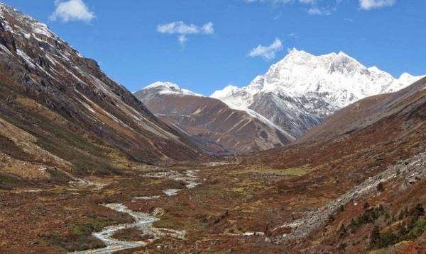 Най-високият непокоряван връх в света - Гангкар Пуенсум