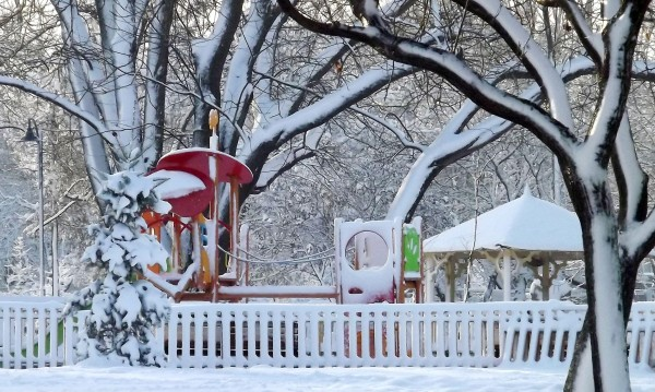 След пролетните температури: Сняг и вятър над страната