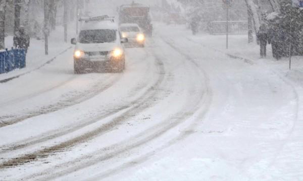 950 машини чистят пътищата в районите със снеговалеж