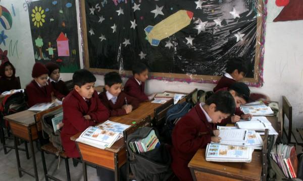 Подновиха занятията в училището в Пешавар след талибанското клане