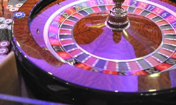 Клиент на казино олекна с 5 бона, докато играел на покер автомат