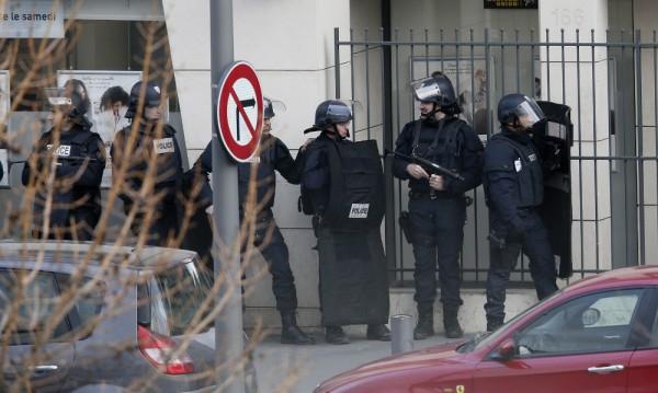 Мъж държи заложници в поща във Франция