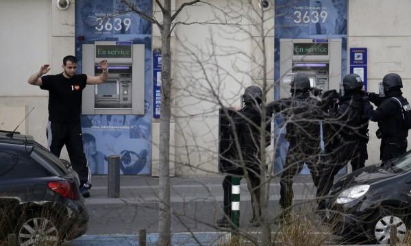 Мъжът, взел заложници във Франция, се предаде