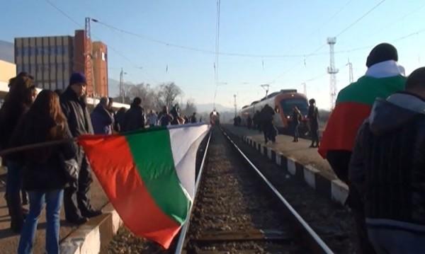 400 души блокираха влаковете край Карлово