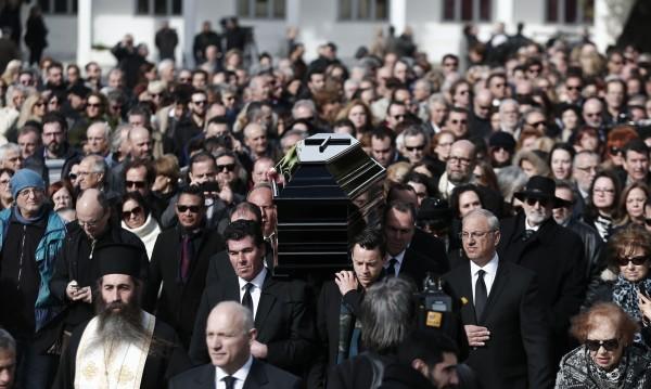 Стотици гърци се стекоха на погребението на Демис Русос