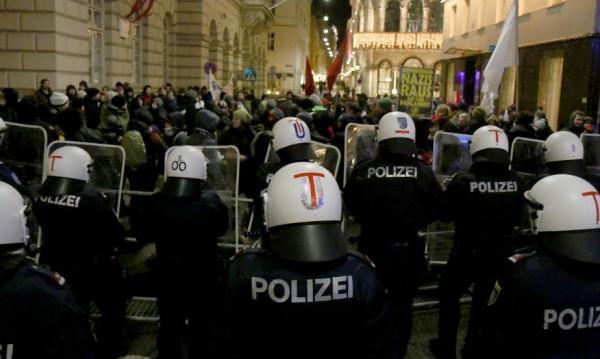 Хиляди протестираха във Виена, докато крайнодесните танцуваха валс