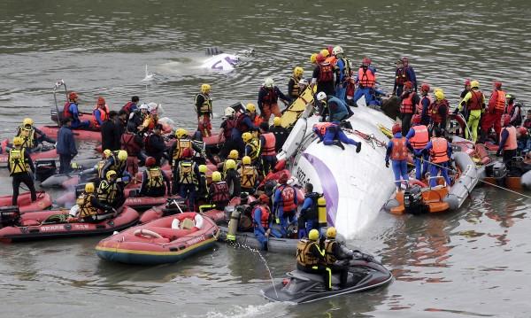 Петнайсет души са загинали при самолетната катастрофа в Тайпе