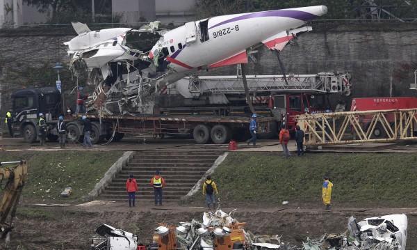 Пилотът на разбилия се тайвански самолет е герой