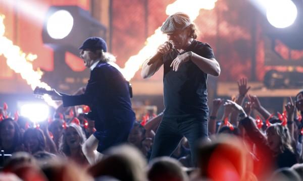 AC/DC тръгват на турне с нов барабанист