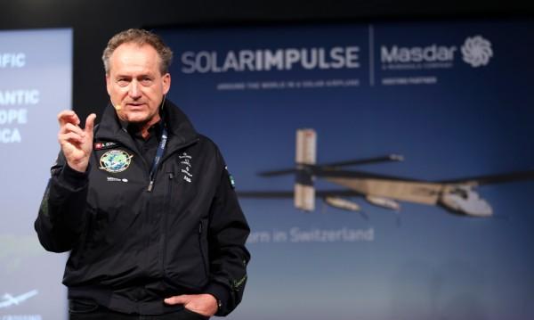 Задвижван със слънчева енергия самолет пое на околосветско пътуване