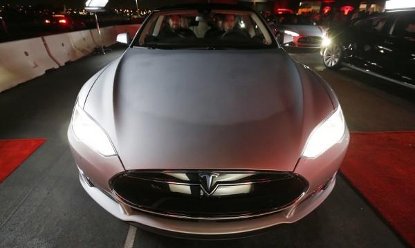 Tesla подобрява колите си чрез интернет