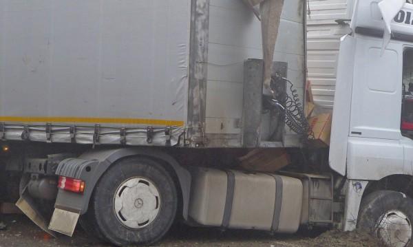 Камион катастрофира на пътя София-Варна
