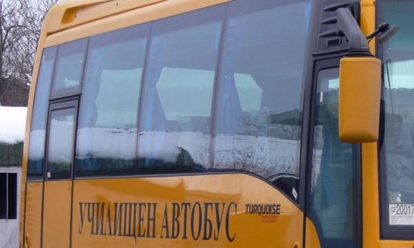 Пиян подкара училищен автобус и се удари в кола