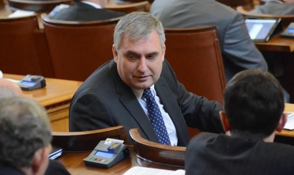 Министрите Калфин и Митов с прекъснати здравни права