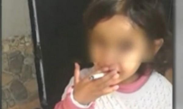 3-годишната Златка плачела за цигара, пуши й се