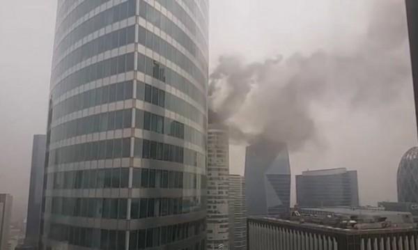 """Пламъци обхванаха небостъргач от """"Сърцето на Дефанс"""""""