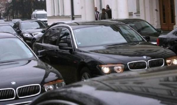 Депутатите слизат от лимузините си за вота