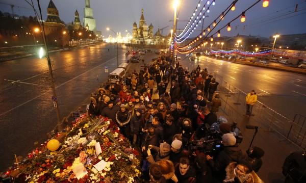 """""""Разчистиха"""" от цветя моста, където убиха Немцов"""