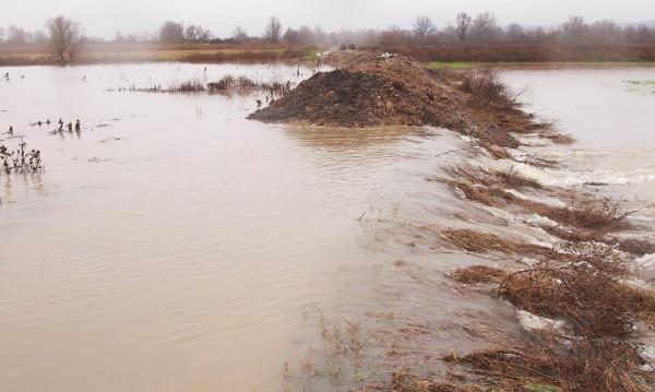 Критично е нивото на река Струма край село Струмяни
