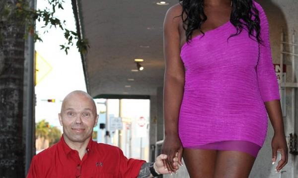 Най-силният малък човек с най-голямата жена-мъж!