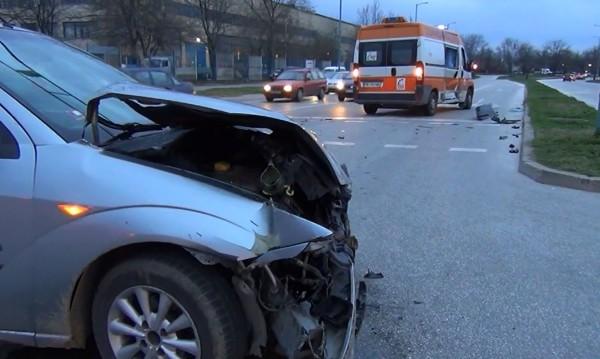 Линейка с пациент катастрофира в Пловдив