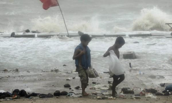 Буря в Бангладеш уби най-малко 24 души и рани десетки