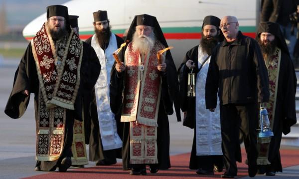 Благодатният огън вече е в България