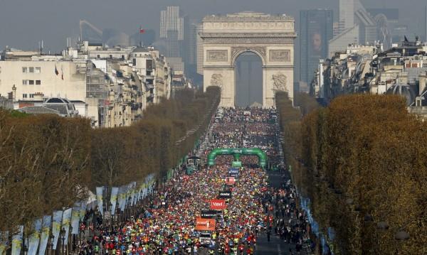 На маратон в Париж с бидон на главата