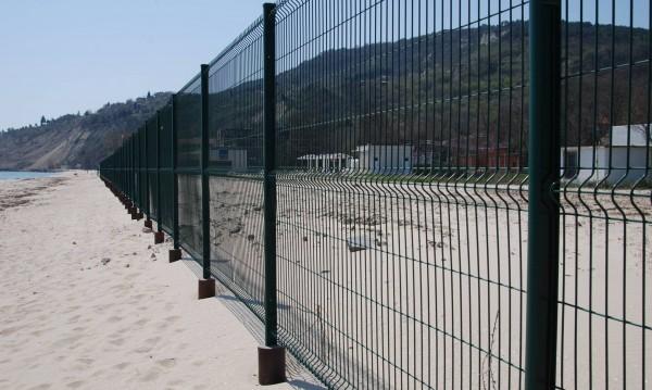 Ограда стърчи на плажа, но... драма няма