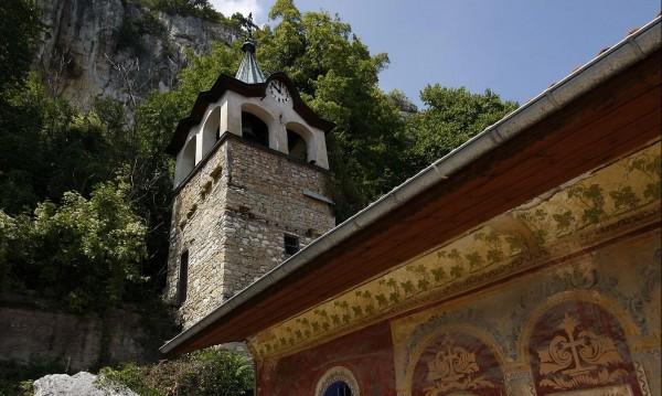 Манастир с 800 лв ток, монасите – на газени лампи