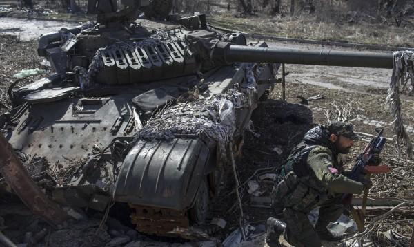 Танкове и минохвъргачки край летището на Донецк