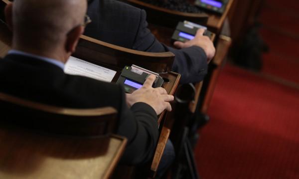 Парламентът поряза веригитe – взе им привилегии