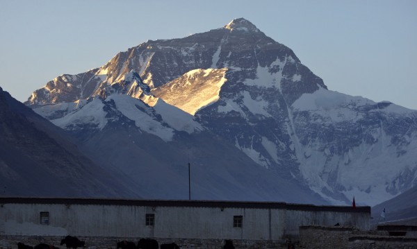 Височината на Еверест е намаляла след труса