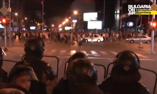 Трета нощ Македония е залята от протести