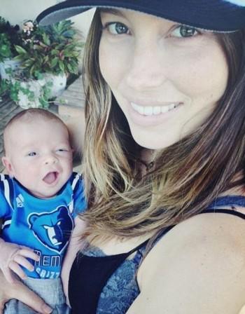 Джесика Бийл нае мъжки детегледачки за сина си