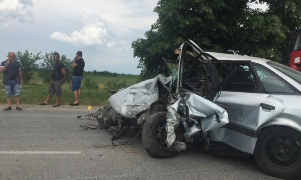 Един труп и двама ранени при челен удар на пътя