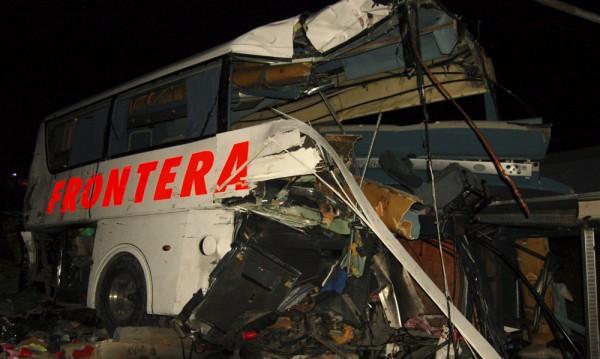 Девет души загинаха при удар между автобуси в Мексико