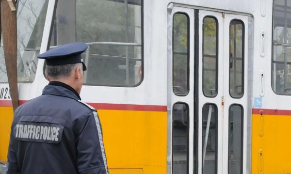Удар на трамвай в автобус – петима са ранените