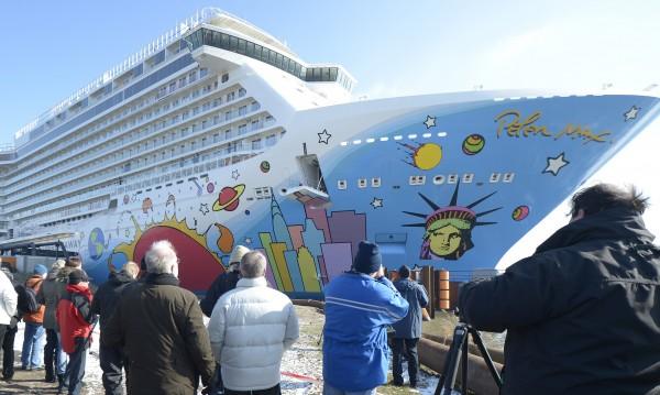 Лайнер с над 3000 души заседна край Бермудите