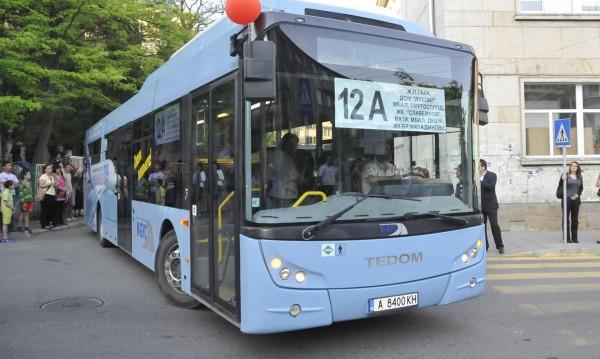 Абитуриенти в Бургас отиват на бала си с автобус