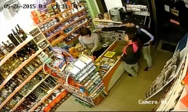 Наглост с пистолет в ръка: Мъж и жена обраха магазин