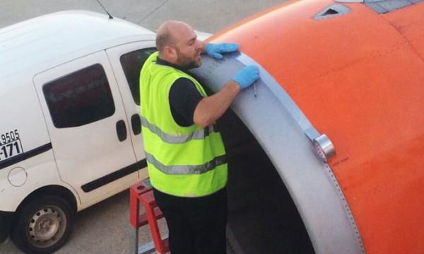 Работник подлепи самолет с... тиксо, шашна пасажерите