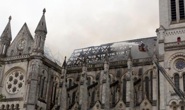 Изгоря покривът на базилика от 19 в. в Западна Франция