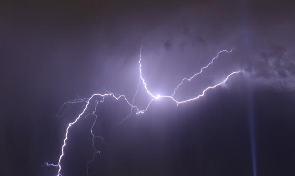 Навън гърми и трещи: Какво да правим по време на буря