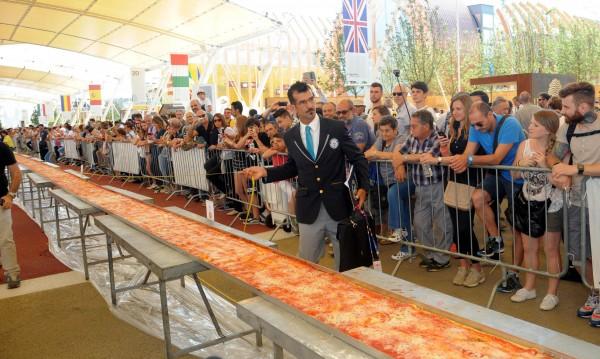 В Италия изпекоха най-дългата пица в света - 1,5 км